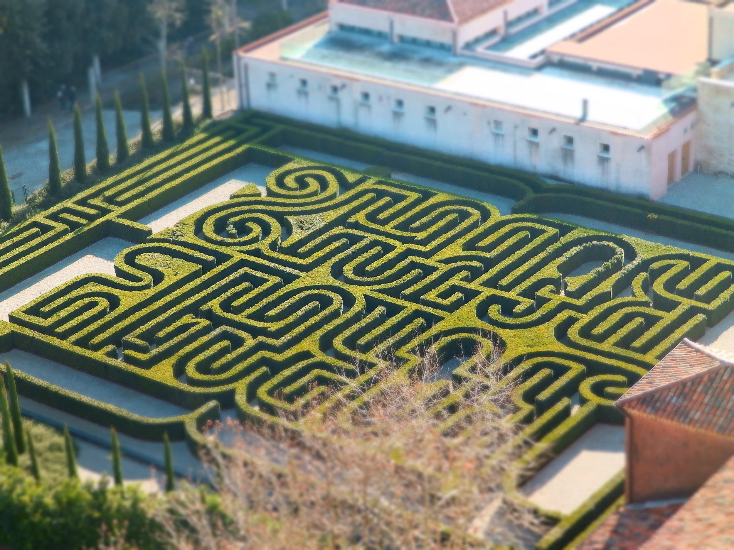 El laberinto que homenajea a Borges, visto desde lo alto del campanario.