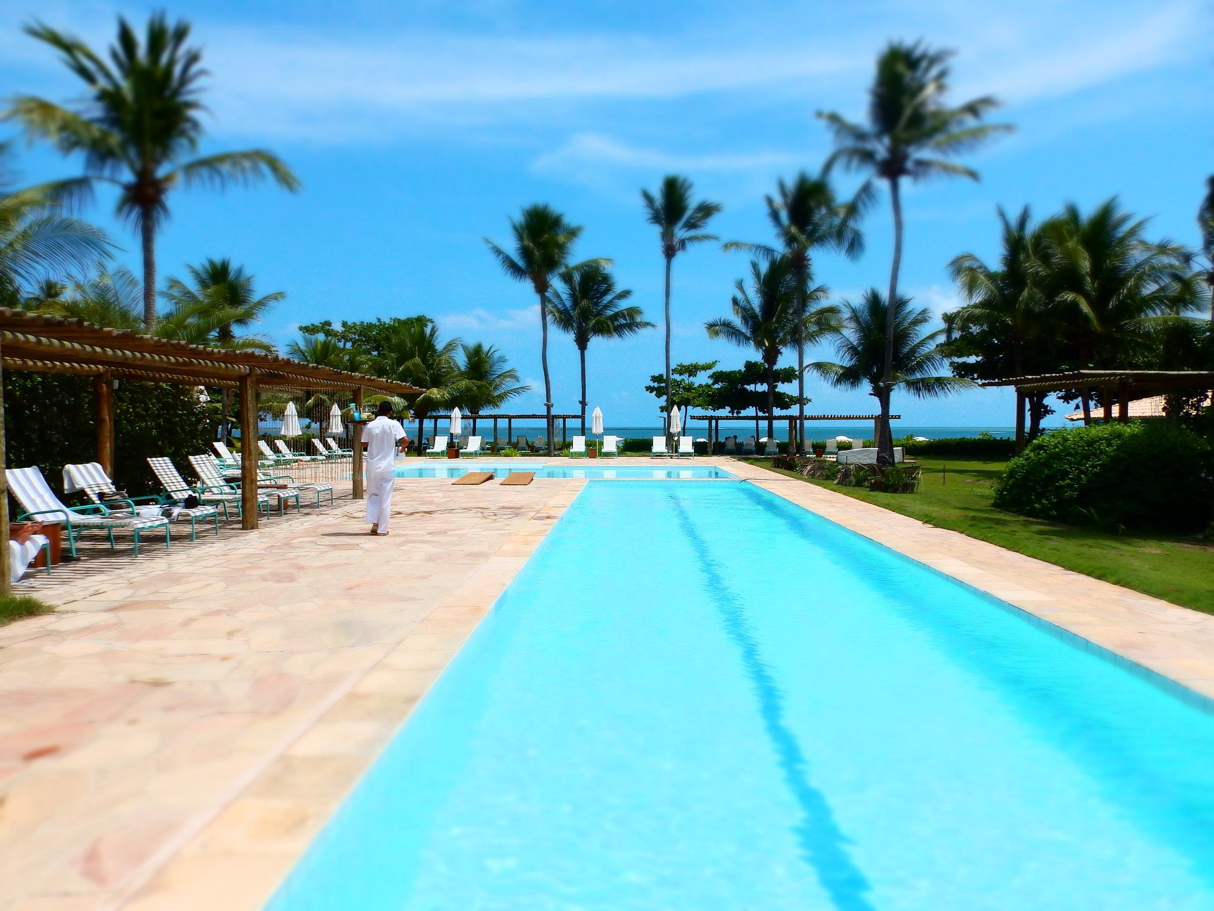 La piscina de  Aldeia Beijupirá  y, abajo, dos imágenes interiores de la misma posada.