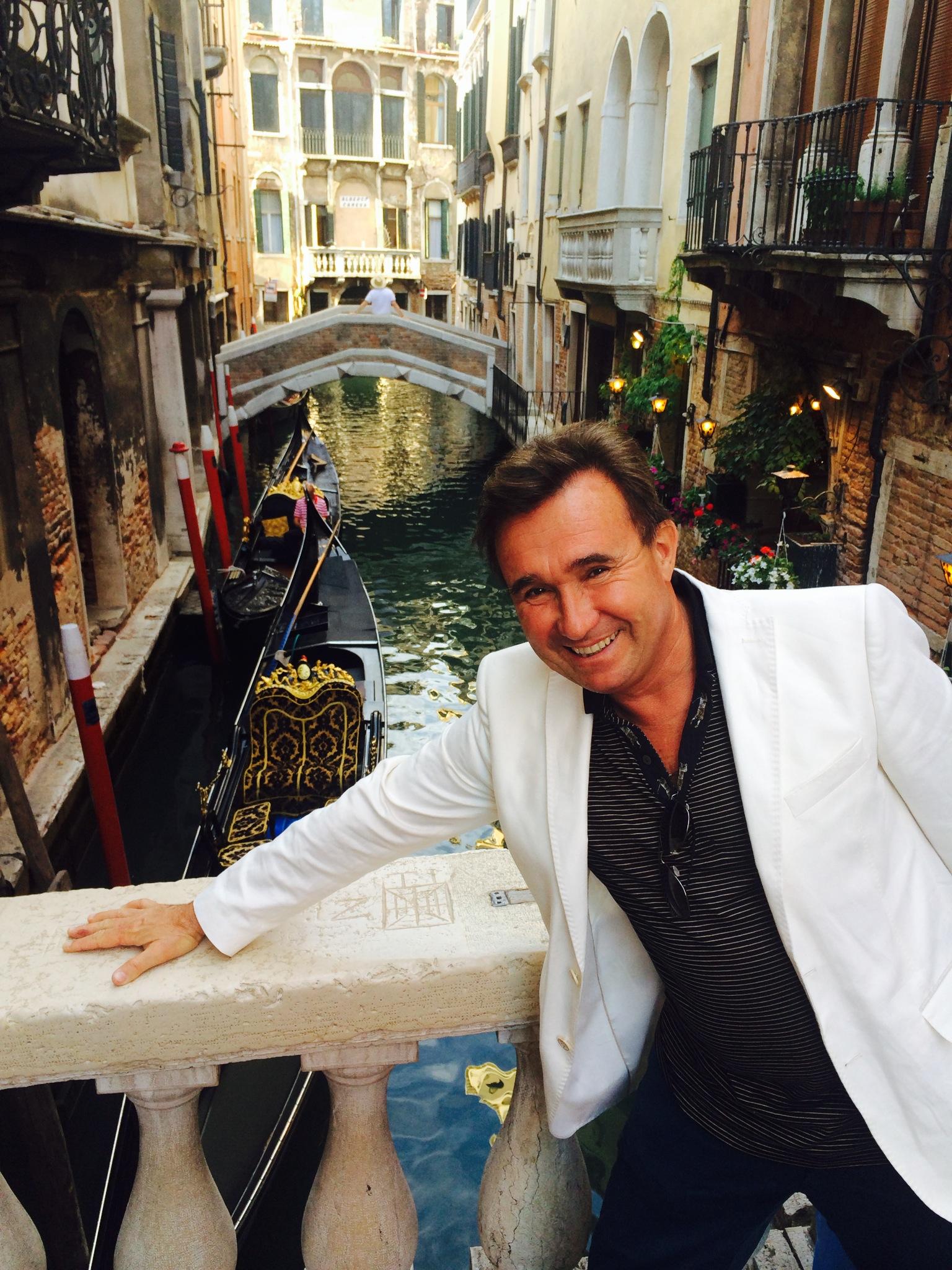 En Venecia, de punta en blanco.