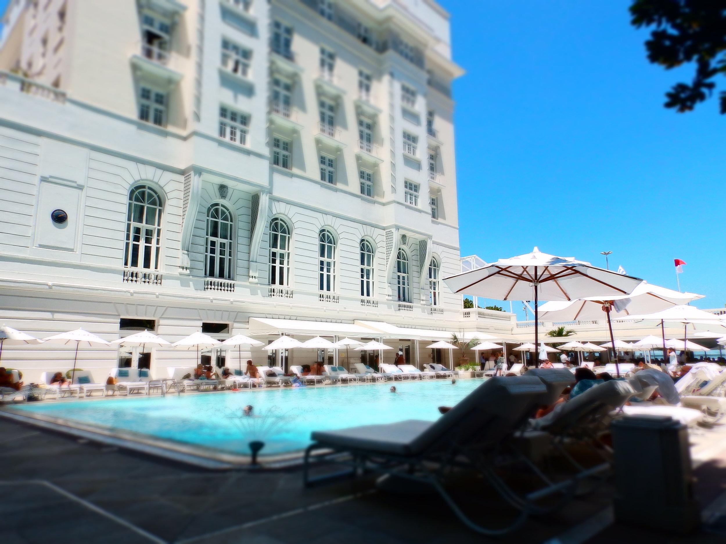 La piscina del legendario  Copacabana Palace , un oasis de elegancia en el barrio.
