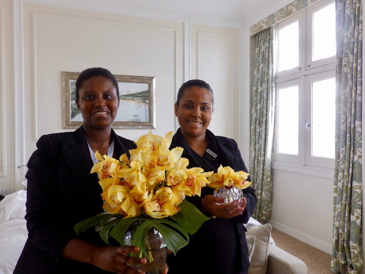 Luciana y Daiana, señoras de las flores en el Copacabana Palace.