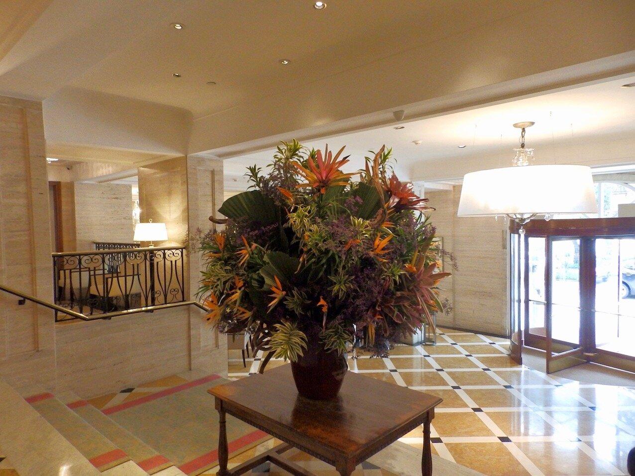 Flor'Art  se encarga del monumental arreglo del lobby, que cambian religiosamente cada jueves.