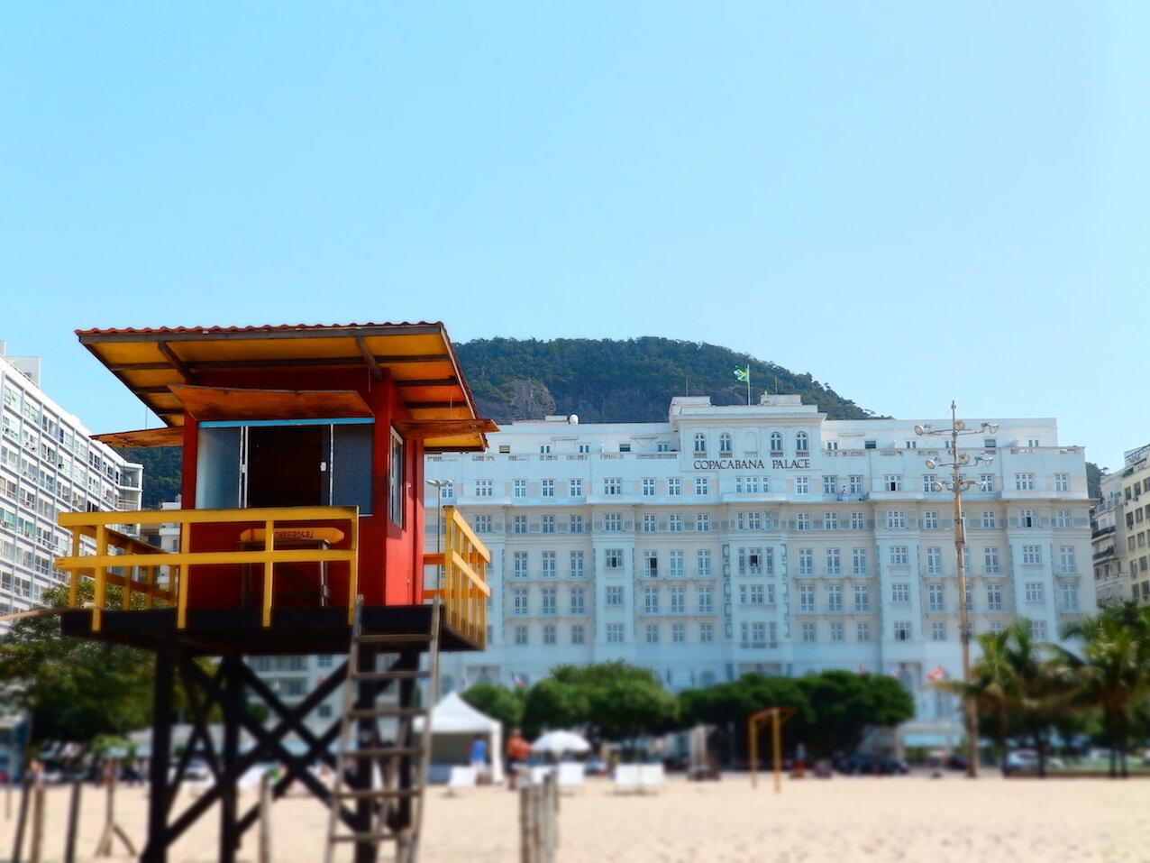 Verdadero ícono carioca, el hotel lleva 96 años en pie frente a Copacabana.