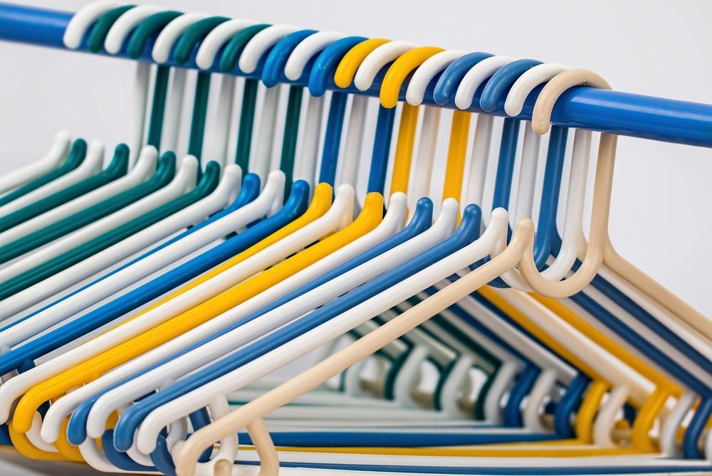 clothes-hangers-582212_1280.jpg