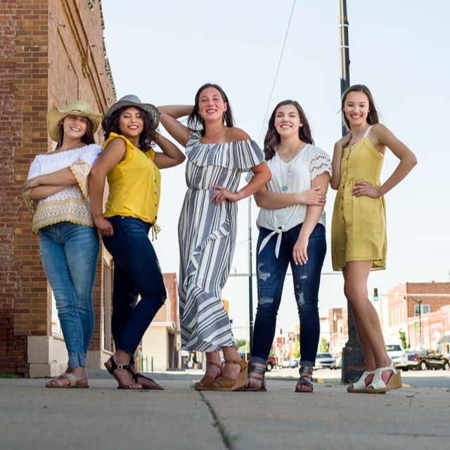 Team20 modeling some fun summer styles from Maurice's! I think everyone's favorite part of the evening was the El Dos afterwards, though, am I right? @aburgey_0702 @americaf15 @payton.demeyer @mariah_.kay @alexisfolkertssss⠀⠀⠀⠀⠀⠀⠀⠀⠀ .⠀⠀⠀⠀⠀⠀⠀⠀⠀ .⠀⠀⠀⠀⠀⠀⠀⠀⠀ .⠀⠀⠀⠀⠀⠀⠀⠀⠀ .⠀⠀⠀⠀⠀⠀⠀⠀⠀ #senioryearmagazine #seniorstyleguide #thetwelthyear #seniormuse #MODERNsenior #MODERNseniorMagazine #posepatch #theseniorbest #seniorologie #seniorphotographer #wichitaseniorphotographer #kansasseniorphotographer #hutchinsonseniorphotographer #seniorcollective #theseniorwave #wichitaphotography #bceseniors