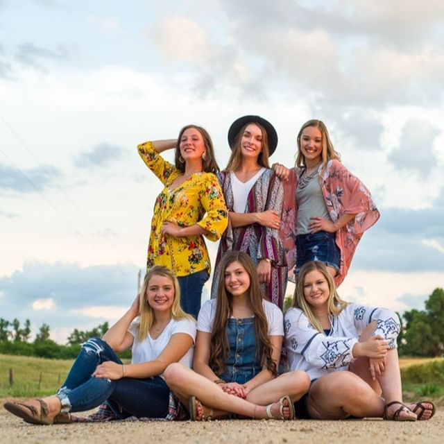 #seniorsunday is always a good day for a Team20 throwback picture. Loved this boho shoot! @payton.demeyer @vleckner7101 @alexisfolkertssss @macy_huhman @hollace_deweese @elfowler02⠀⠀⠀⠀⠀⠀⠀⠀⠀ .⠀⠀⠀⠀⠀⠀⠀⠀⠀ .⠀⠀⠀⠀⠀⠀⠀⠀⠀ .⠀⠀⠀⠀⠀⠀⠀⠀⠀ .⠀⠀⠀⠀⠀⠀⠀⠀⠀ #senioryearmagazine #seniorstyleguide #thetwelthyear #seniormuse #MODERNsenior #MODERNseniorMagazine #posepatch #theseniorbest #seniorologie #seniorphotographer #wichitaseniorphotographer #kansasseniorphotographer #hutchinsonseniorphotographer #seniorcollective #theseniorwave #wichitaphotography #bceseniors