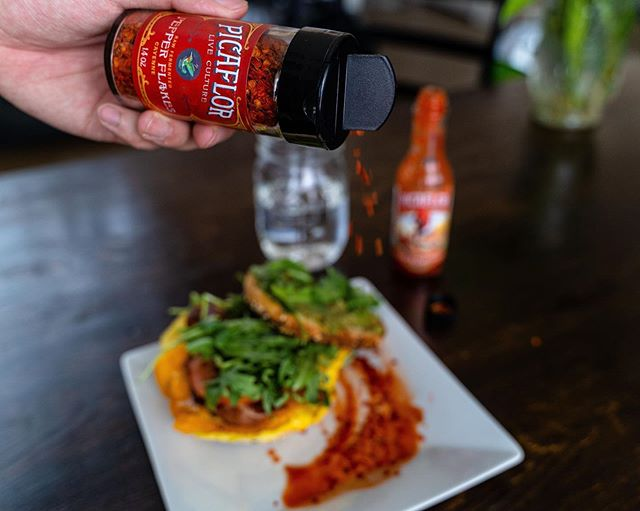 Monday Morning bagels with a twist! Start of the week right with our Cayenne pepper flakes and Srirawcha hot sauce! 🌶️ ⠀ .⠀ .⠀ .⠀ #picaflorculture #picaflorsauces #picaflorpeppers #peppers #hotsauce #pepperflakes #spicy #heat #probiotic #guthealth  #fermented #fermentation #mccauleyfarms #Boulder #Colorado #upcycledproducts #picaflor #hummingbird