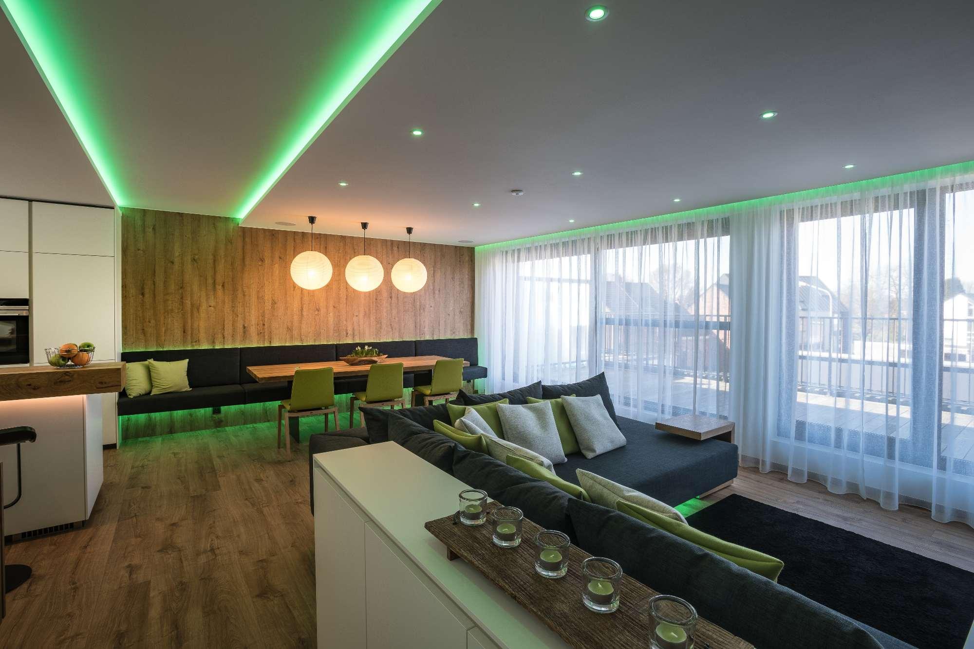 - Iluminatul cu factorul WoWLumina are puterea de a transforma spațiile și modurile de iluminat. Lumina proiectată cu grijă oferă o modalitate excelentă de a crea drame și contrast în interiorul casei dvs. Cu Loxone, puteți alege dintr-o paletă de culori și combinați diferite surse de lumină și niveluri pentru a crea
