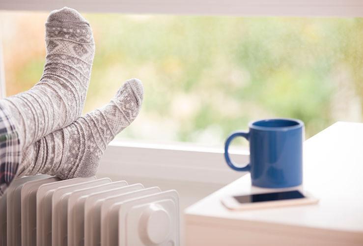- Întotdeauna temperatura potrivităÎntr-o locuință Loxone Smart Home, temperatura este întotdeauna plăcută deoarece încălzirea și răcirea pot fi controlate individual. Aceasta înseamnă că dacă vă place o baie caldă toastă dimineața și un dormitor răcoros pe timp de noapte, casa ta va avea grijă de asta pentru tine. Când sunteți departe de casă, temperatura se ajustează pentru a economisi energie.