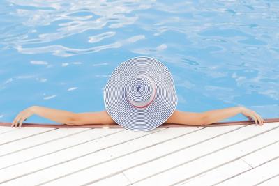 - Piscină inteligentăAvând o piscină este impresionant, dar întreținerea poate lua mult timp. Sistemul Loxone vă ajută la sarcini precum filtrarea, reglarea temperaturii și pH-ul, gestionarea nivelului apei și multe altele. Puteți integra, de asemenea, iluminatul colorat în piscina dvs. pentru o atmosfera spectaculoasă.