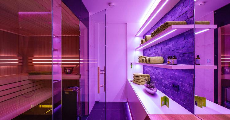 - Sauna: relaxare purăLoxone are controlul complet al saunei.În momentul în care vă întoarceți de pe pârtia de schi, sauna este deja la temperatura de funcționare și vă puteți reîncărca bateriile după o zi obositoare.Iluminatul colorat și muzica completează momentul personal de relaxare.De asemenea,