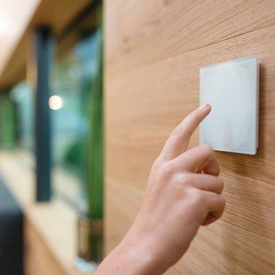 Ușor de folosit - Puteți controla toate luminile din cameră de la un singur întrerupător, indiferent dacă le porniți sau le opriți sau că treceți prin diverse stări de iluminat - toate acestea se fac prin atingerea unui singur comutator.Când ieșiți din casă, o apăsare rapidă pe un întrerupător oprește toate luminile într-o locuință Loxone Smart Home. Niciodată nu va trebui să mergeți din cameră în cameră pentru a opri luminile.