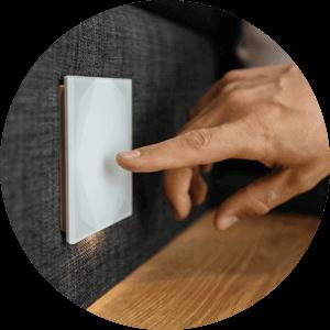 Buton de panica   Dacă doriți, un comutator poate fi setat ca declanșator al alarmei atunci când este apăsat. Acest lucru poate face ca luminile să lumineze intermitent, jaluzelele să se deschidă și un apel telefonic să fie plasat la un număr specificat.