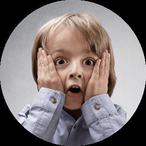 Protecție Copii   Loxone vă poate ajuta să vă păstrați copiii în siguranță și acasă. Dacă sunteți afară, dar copiii dvs. sunt în casă, anumite caracteristici și aparate pot fi puse în modul Protecție copii.  În mod similar, dacă sunteți acasă, puteți activa modul copil la atingerea unui buton. O caracteristică populară pentru părinți este ca televizorul sau consola de jocuri din camera copilului lor să se oprească la ora 22:00 pentru a încuraja ora de culcare.