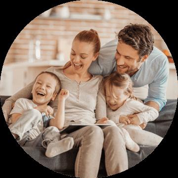 Familia Ionescu   David (36), Elena (33), Matei (3) și Larisa (3)  trăiesc într-o locuință inteligentă Loxone