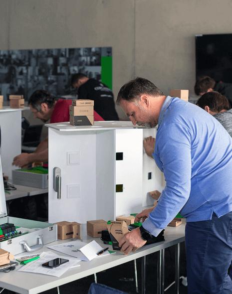 Curs ExpertZiua 2-4 (modul 2) - Odată ce ați participat la prima zi de curs Loxone, veți fi gata să vă exersați abilitățile de planificare, configurare, instalare și vânzări. Veți putea să implementați proiectele caselor inteligente cu experiența, încredere și să vă extindeți afacerea.Partea noastră practică include execițiul cu Kitul de pregătire practică Loxone folosind Loxone Config, Demo Case și Placa Demo. Această combinație de instrumente va demonstra posibilitățile viitoarei dvs. instalări - o experiență pe care nu o puteți găsi în altă parte. După finalizarea instalării, veți pleca ca un partener Loxone Silver, gata să preia unele proiecte noi.