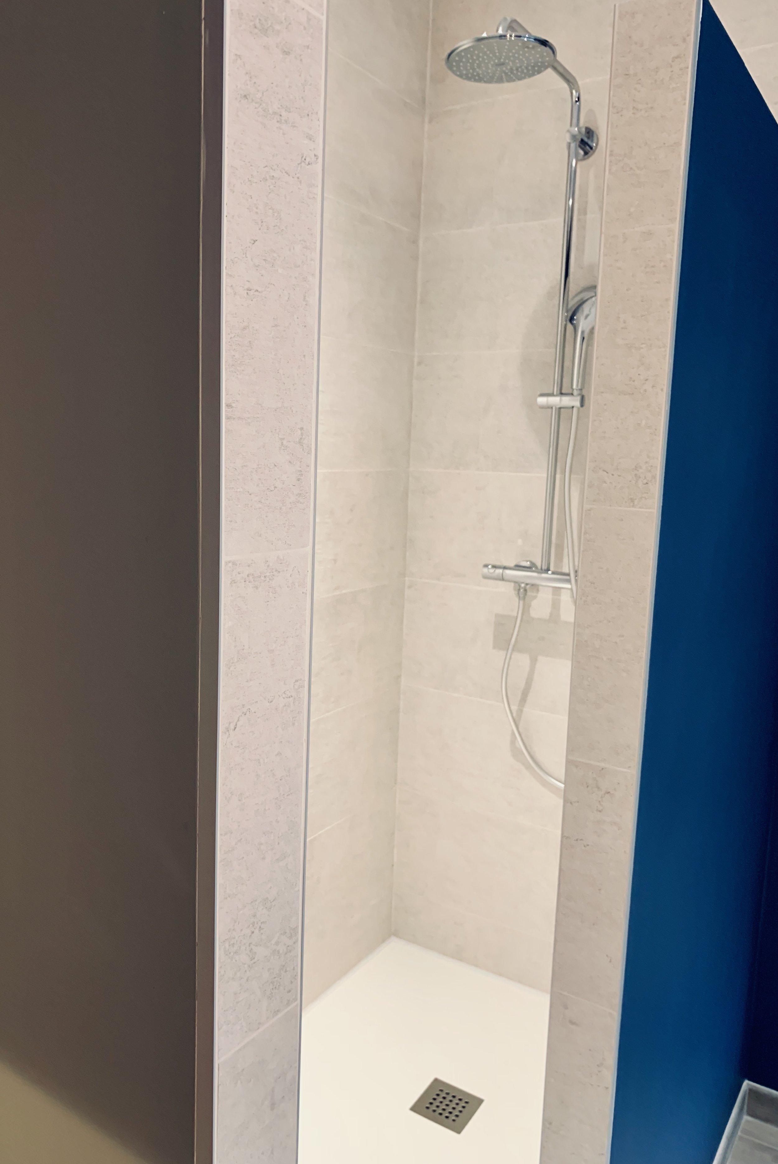 douche à l'italienne mur bleu