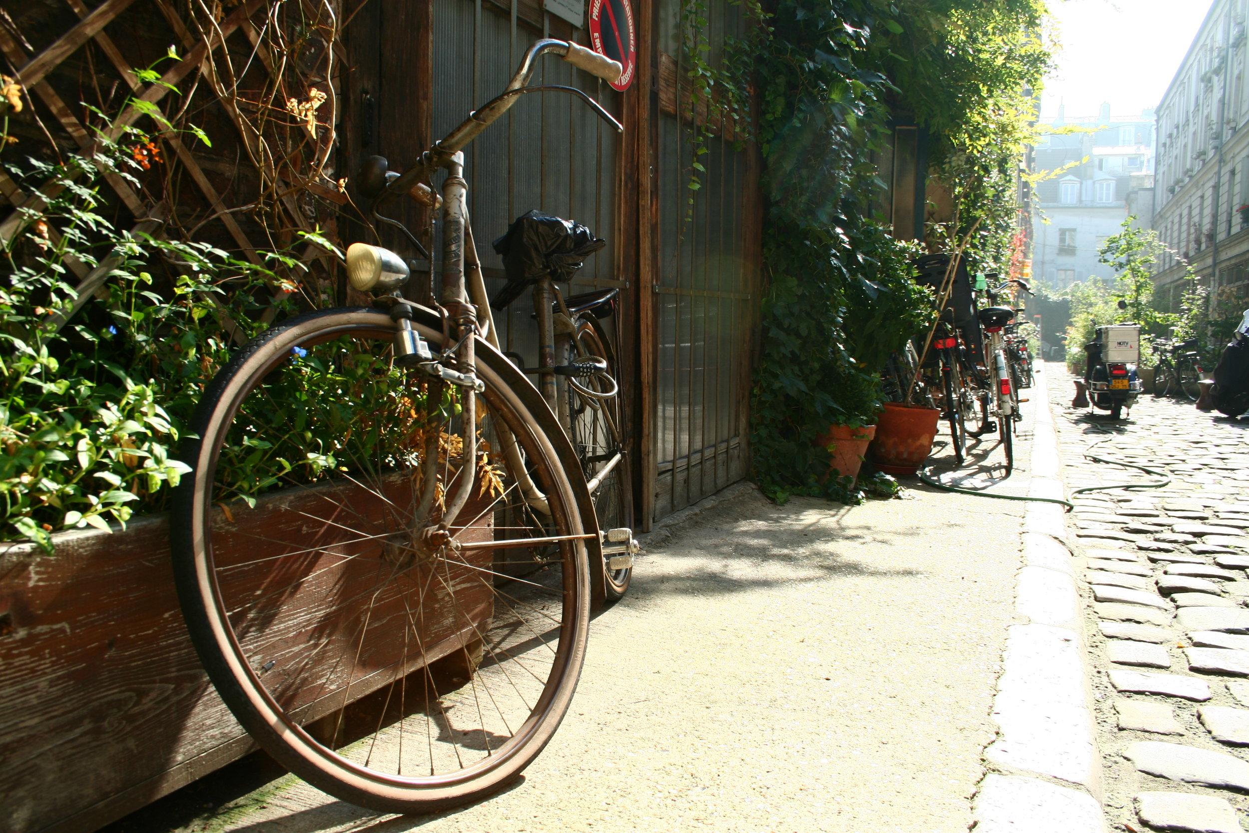 Vélos dans une ruelle parisienne