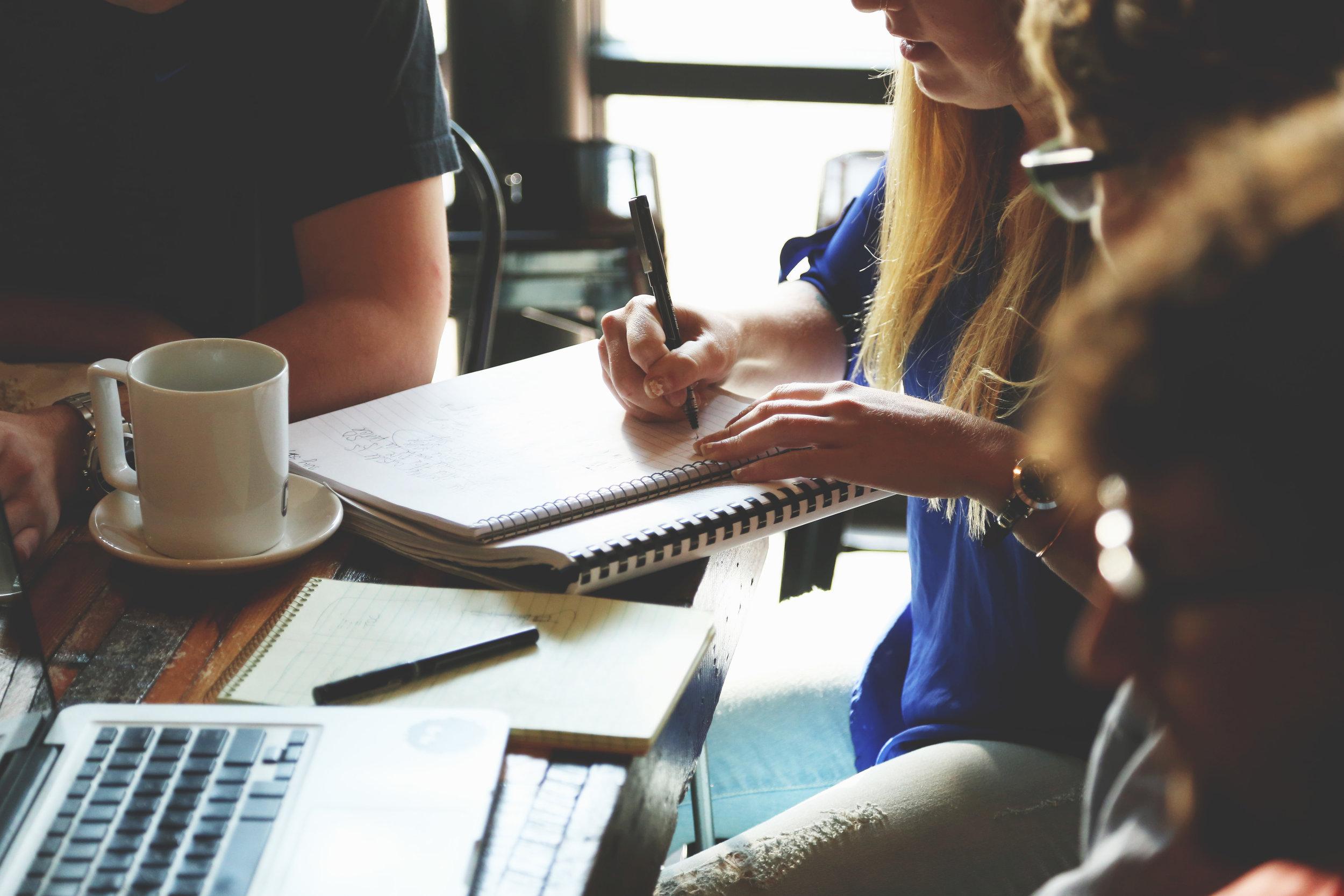 Étudiante prenant des notes