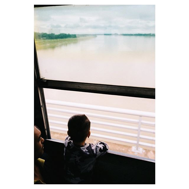 From last trip by my self from Thailand to Laos. The kid was about to see his dad's family in Laos for first time. Travel is always exciting even it's worst transportation. . この前のビザランでタイからラオスへ国境を渡る時の写真。 国境に着くまでに10時間くらいバンに揺られて息つく間もなく次のバスへ乗せられてヘトヘトだったけど、 この子の笑顔に癒されました。 聞いたらお父さんがラオスでお母さんがタイのハーフ。 その日はこの子が生まれてから初めてお父さんの家族にお披露目する日だったそうです。 . . . #filmphotography #filmisnotdead #contaxg1 #proimage100 #travel #thailand #laos