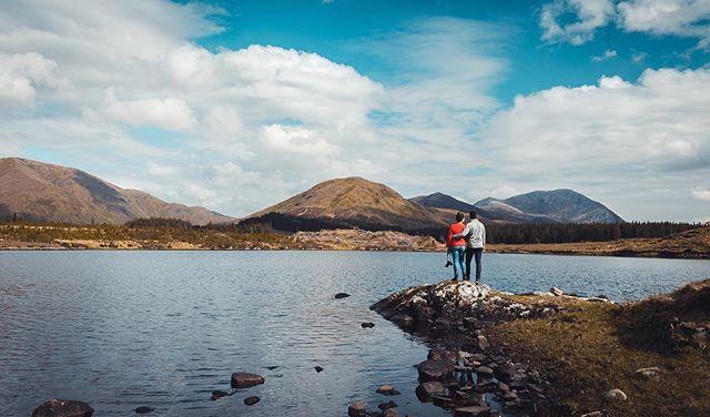 Quand on rêve de repartir en road trip, c'est à ces paysages qu'on pense... ⛰ . Et ça tombe bien, parce qu'on a prévu de repartir ! Enfin prévu... Aucune date n'est calée, et l'itinéraire encore moins. On en a parlé quoi 😂 . On a donc décidé de partir explorer le Royaume-Uni en octobre, avec Ernest ! On va devoir accélérer les travaux 💪🏻 _____________________ #ireland #irlande #InstantIrlande #igersireland #irelandtravel #frenchroamers #roadtrip #discoverireland #loveireland #lonelyplanetfr #oecume #landscape #mountain #exploreobserveshare #lesfrançaisvoyagent #oecume #mountains #mountainlake #mountainlandscape