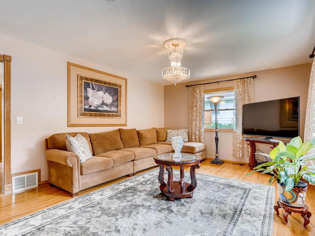 4632 Sumter Ave N New Hope MN-005-4-Living Room-MLS_Size.jpg