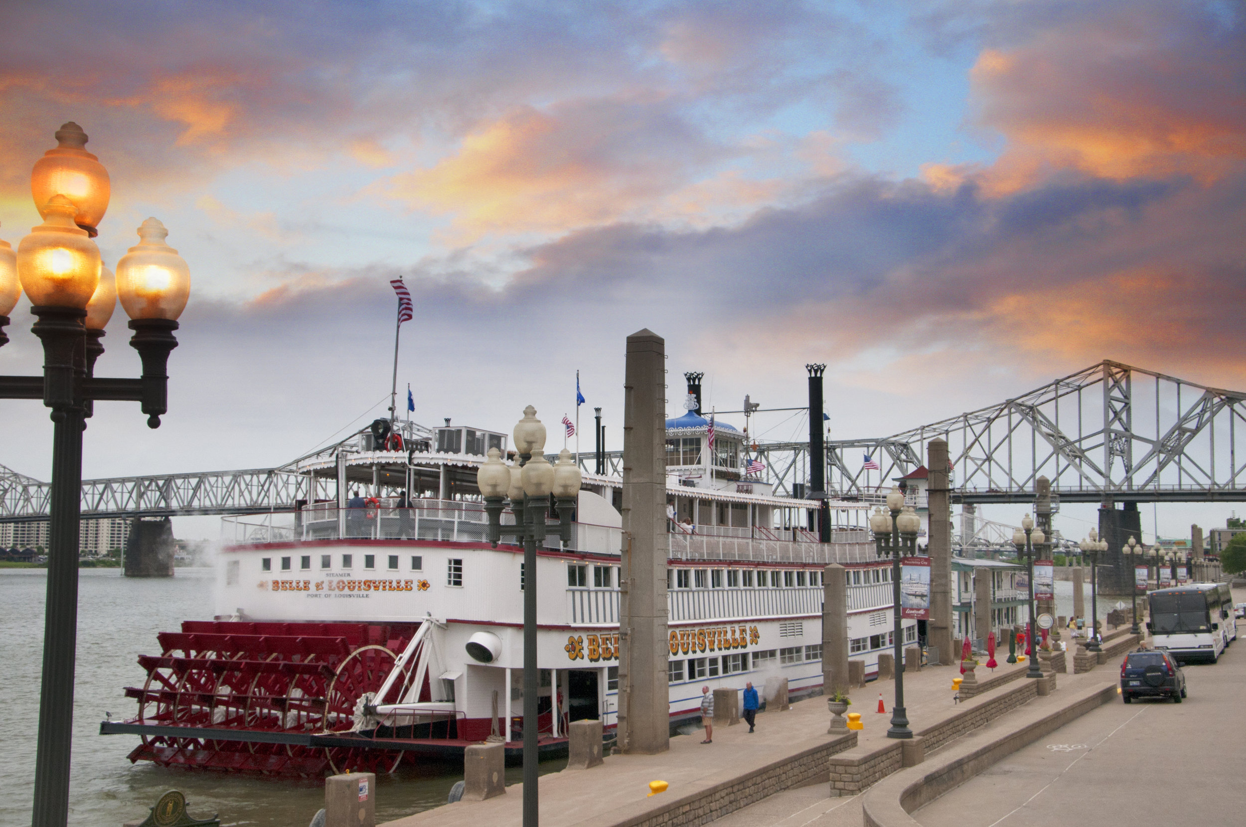 Louisville-45271719_xxl-Paddlesteamer-Riverboat-on-the-River-Ohio-in-Louisville-Kentucky.jpg