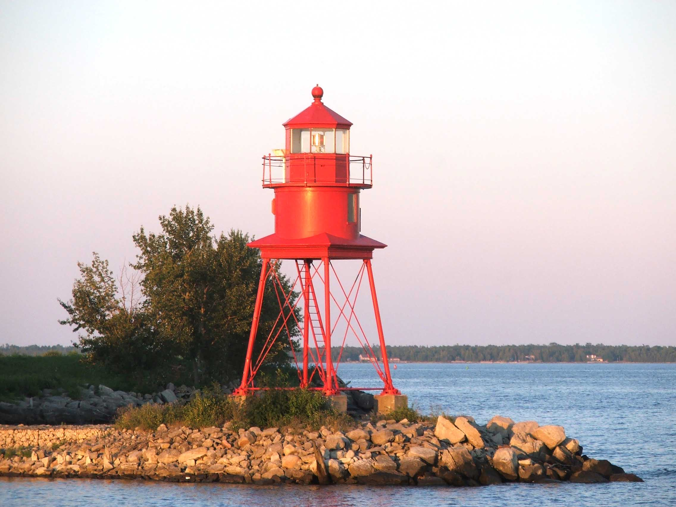 Lighthouse_at_Alpena_MI_2005-09.jpeg