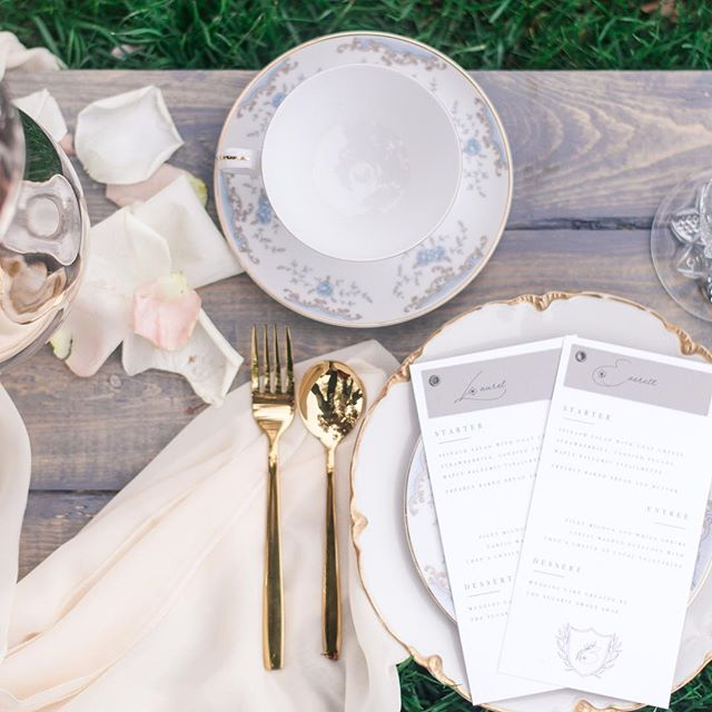 Place cards and menus are just the perfect couple! I love when brides want to pair these two stationery pieces together, because it just makes sense! ⁣ ⁣ These details were fastened with an industrial brass grommet which matched the moody color scheme, but were lightened with the whispy floral font. It's an all around YES from me!