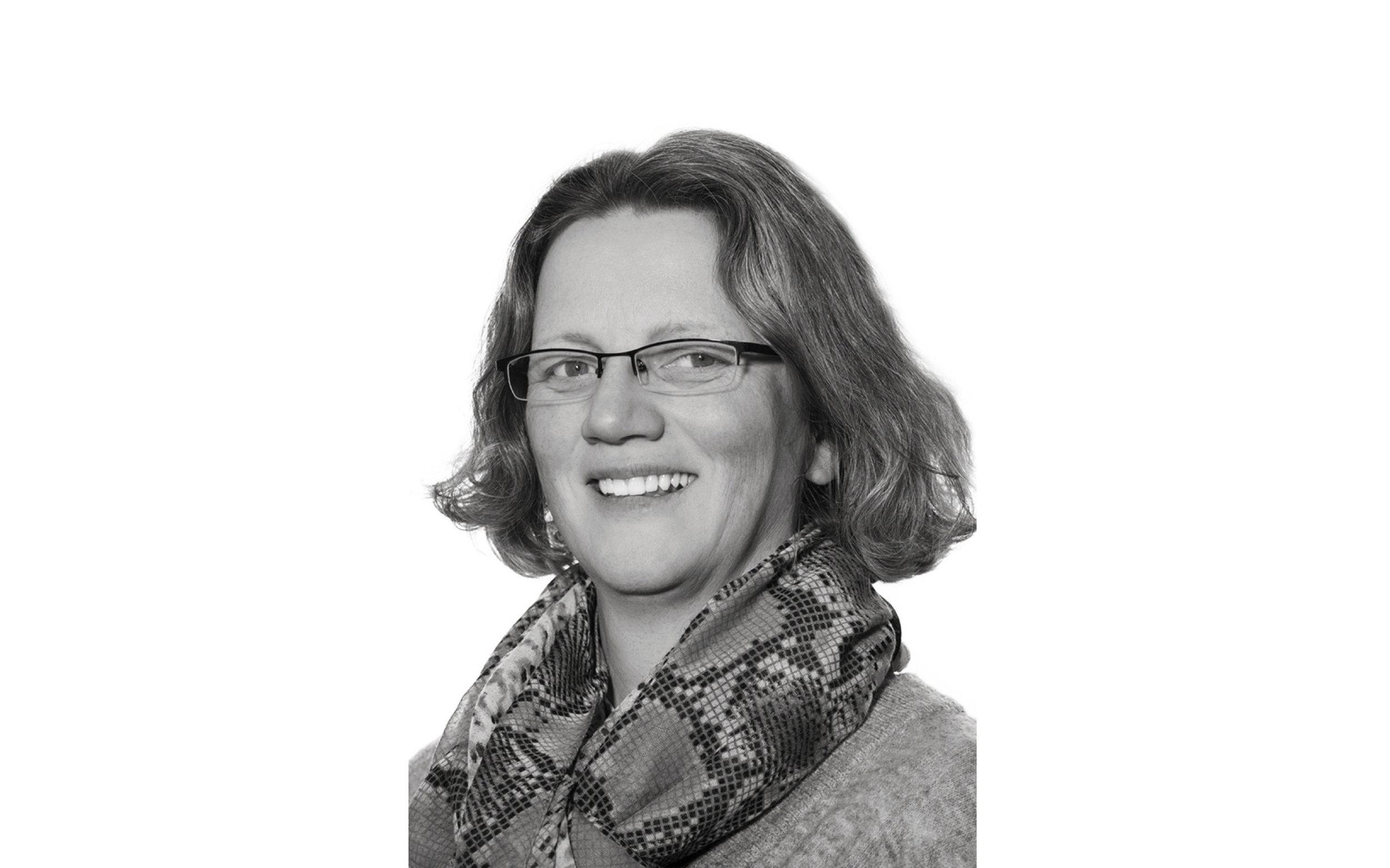 I dag, 19.november, får Vill Urbanisme et nytt medlem. Åslaug Iversen er arealplanlegger med bred og lang erfaring fra kommuneplaner, reguleringsplaner, konsekvensutredninger og ROS- analyser. Hun er lidenskapelig opptatt av plankart og som medlem av en referansegruppe for SOSI-plan ledet av kommunal- og arbeidsdirektoratet, har hun opparbeidet nasjonal anerkjennelse. Hun har også vært med å utarbeide nasjonale GIS-veiledere og er i dag med i et pilotprosjekt for utvikling av 3D-plan innen infrastruktur. Åslaug brenner for folkehelse og tenker alltid på hvordan faktorer som fremmer helse og trivsel kan innarbeides i planene hun jobber med. Med arbeidssted Grimstad bidrar Åslaug til at vi nå etablerer oss i en ny del av landet.  Åslaug utfyller Vill Plan sine kompetanseområder, bidrar med en spennende vinkling til Vill Urbanismes flerfaglighet og planter Vill Urbanismes flagg på Sørlandet. Vi er stolte over å få Åslaug med på laget!