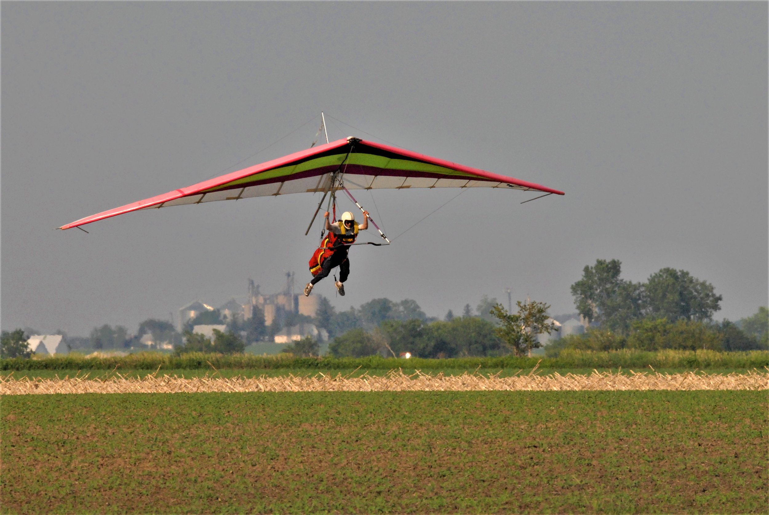 The thrill of hang gliding does not stop after your discovery flight! Solo pilots can thermal for hours, relying only on skill and air currents to stay aloft.Hang Glide Chicago is the premier Midwest Hang Gliding Flight School. You can learn to fly, soar, and thermal right here just an hour outside of Chicago!