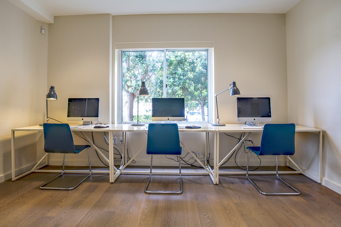 12 business centers with mac computers and printers