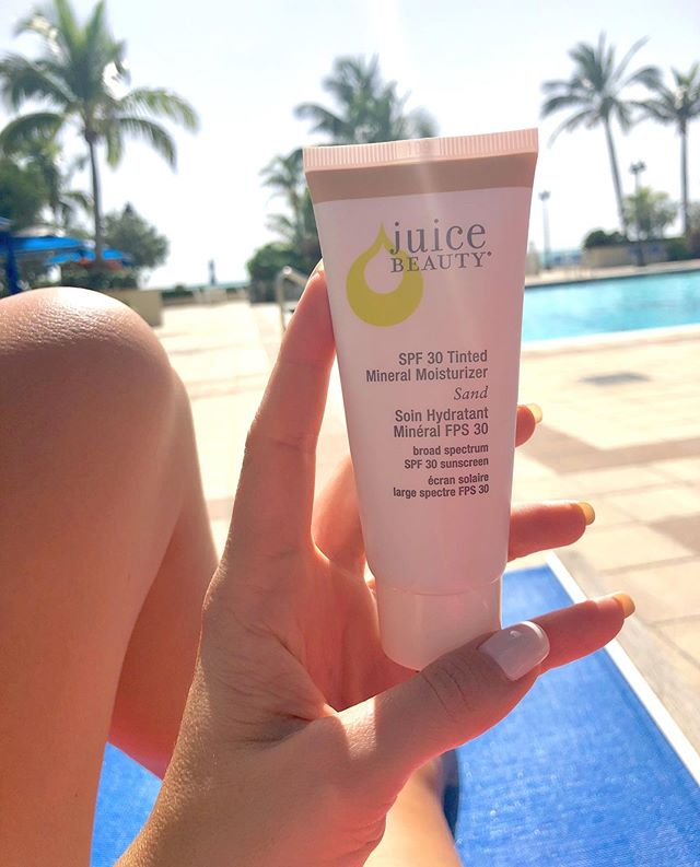 @juicebeauty favorite .. ☀️☀️ I started using spf on my face whenever I'm outdoors and I've noticed such a difference in my skin health. I know so many people who think the sun is good for acne so they use zero spf.. but your skin needs quite the opposite! Especially if you have existing dark spots. Do you agree @juicebeauty ??? 💛💦 #sunkissed #spf #spfmoisturizer #juicebeauty #skincare #skinhealth #rdsofinstagram #beachbabe #acne #ecofriendly #ecobeauty