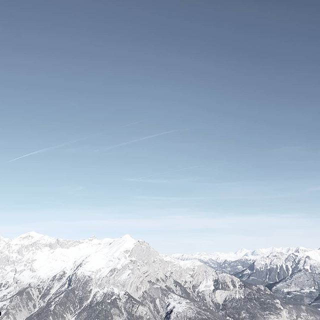 #mountainview #skiing🎿 #instanaturelover #mountainside #minimalism #mountainsphoto #snow❄️ #mountains🗻 #naturelover_gr #nature_shooters #prilaga #nature_lovers #mountainlovers #naturephotography #skiseason #naturelovers