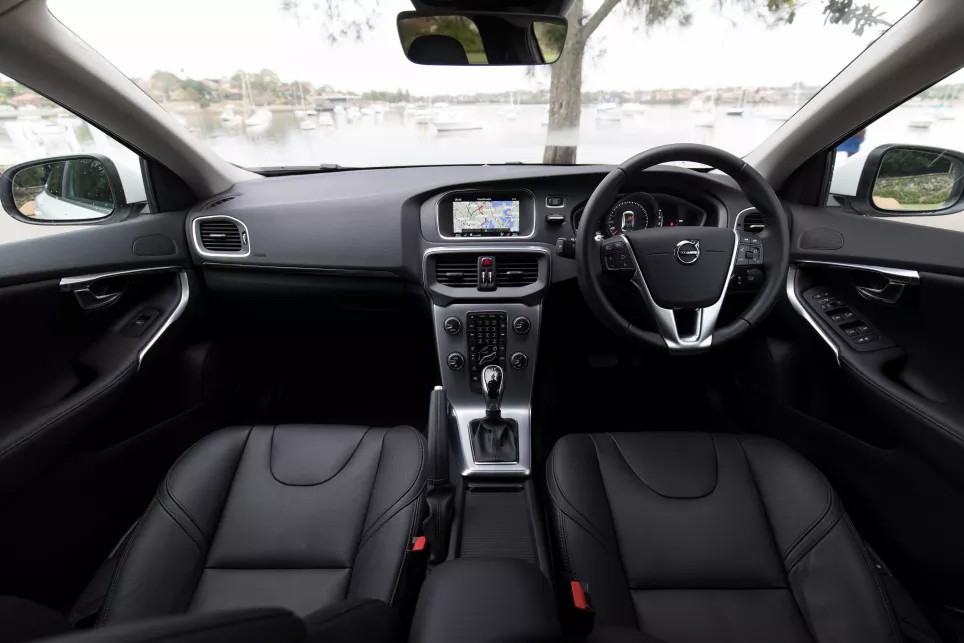 2018-Volvo-V40-T40-Hatch-White-Ricahrd-Berry-1200x800p-14.jpg