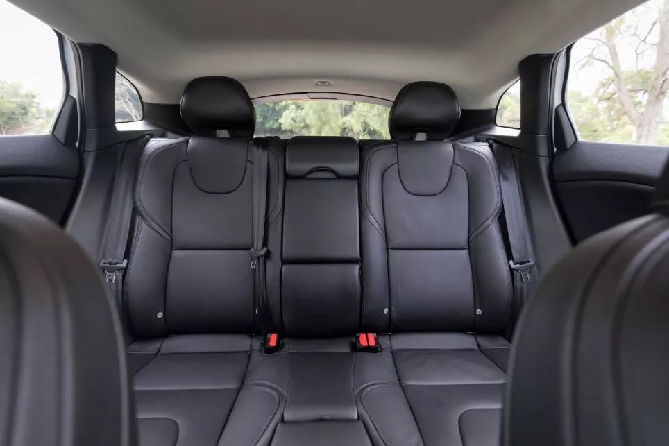 2018-Volvo-V40-T40-Hatch-White-Ricahrd-Berry-1200x800p-9.jpg