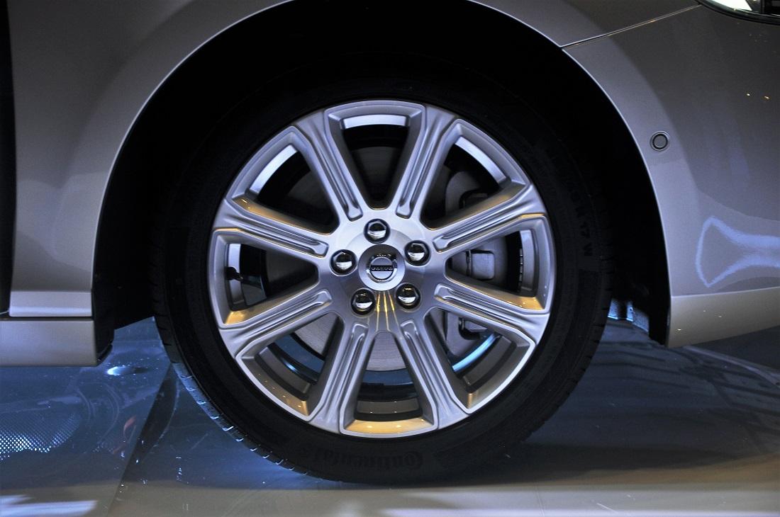 Diamond-cut alloy wheels