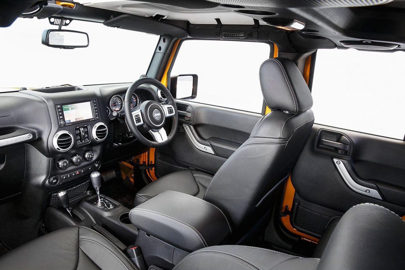 Jeep-Wrangler-Rubicon-X-2015-interior-.jpg