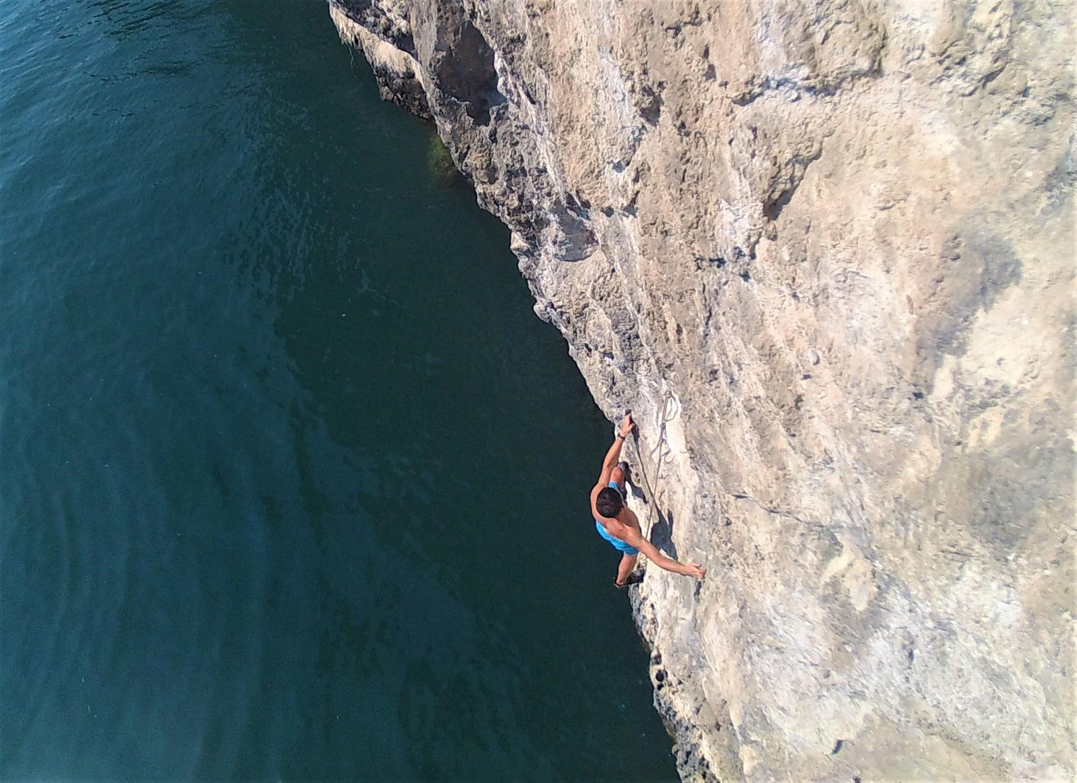 Adriano climbing the traverse of  Serenella . Photographer: Davide Ricci.