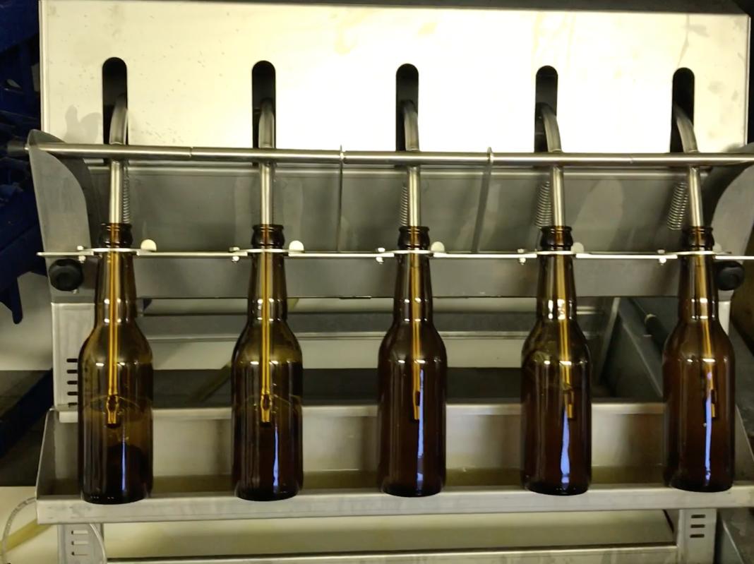 Vår fyllare - Vi använder oss av en manuell fyllare som klarar ca 400 flaskor i timmen.