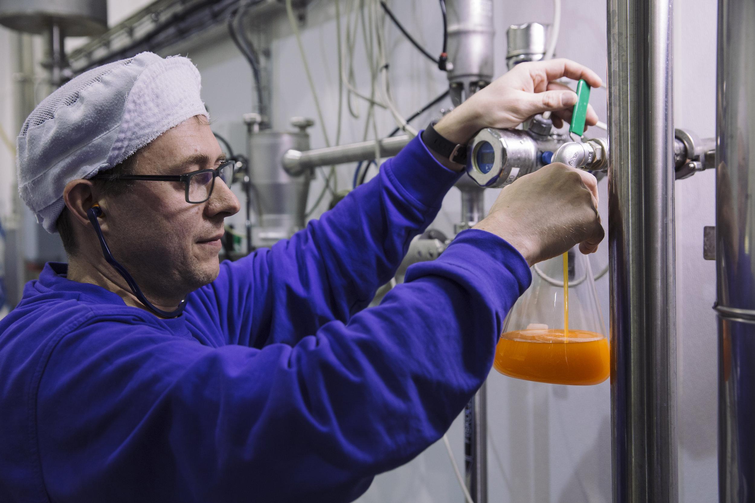 Nordlaks lager fersk lakseolje av restprodukter fra filet- og slakterivirksomheten.