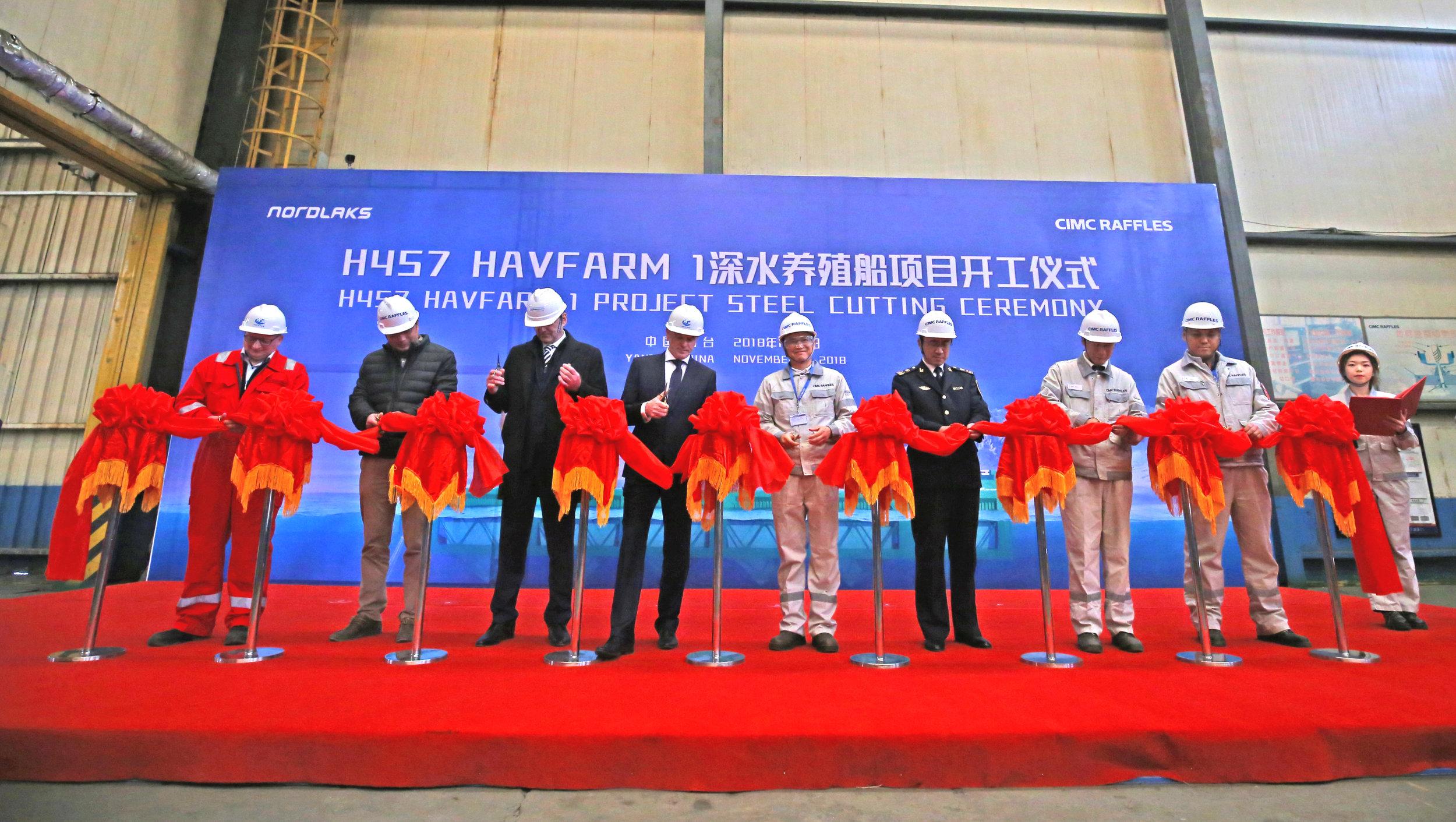 Snorklipping som markerer byggestart for den første Havfarme. Fra venstre: Ove Morten Høyem (Nordlaks), Yan Yongjun (CIMC Raffles), Yu Mingliang (Yantai Maritime Safety Administration), Johann Melsted (DNV GL), Roger Mosand (Nordlaks), Tang Shengtao (CIMC Raffles), Jiang Chunguo (Yantai pilot station), Guo Fuyuan (CIMC Blue) og Wang Peng (CIMC Raffles). Foto: CIMC Raffles