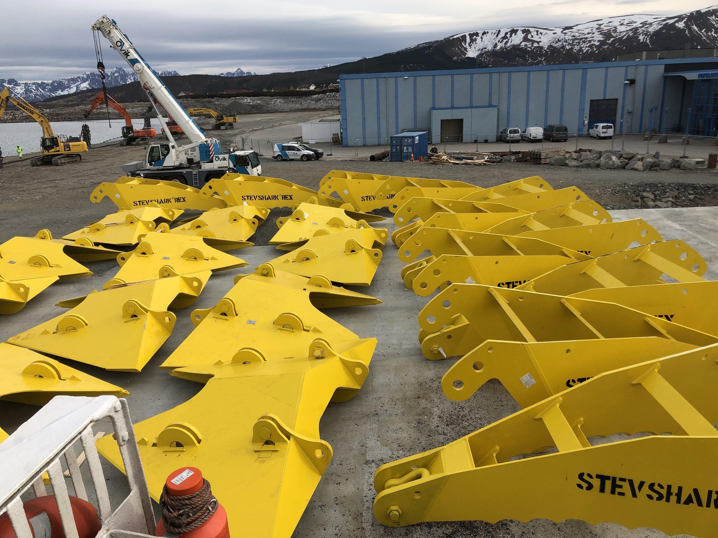 Ankre og kjetting ankommer Børøya