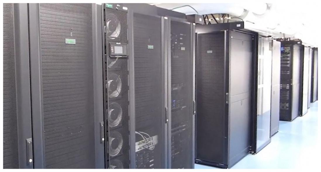 Rack de datacenter avec des colonnes de refroidissement intégrées