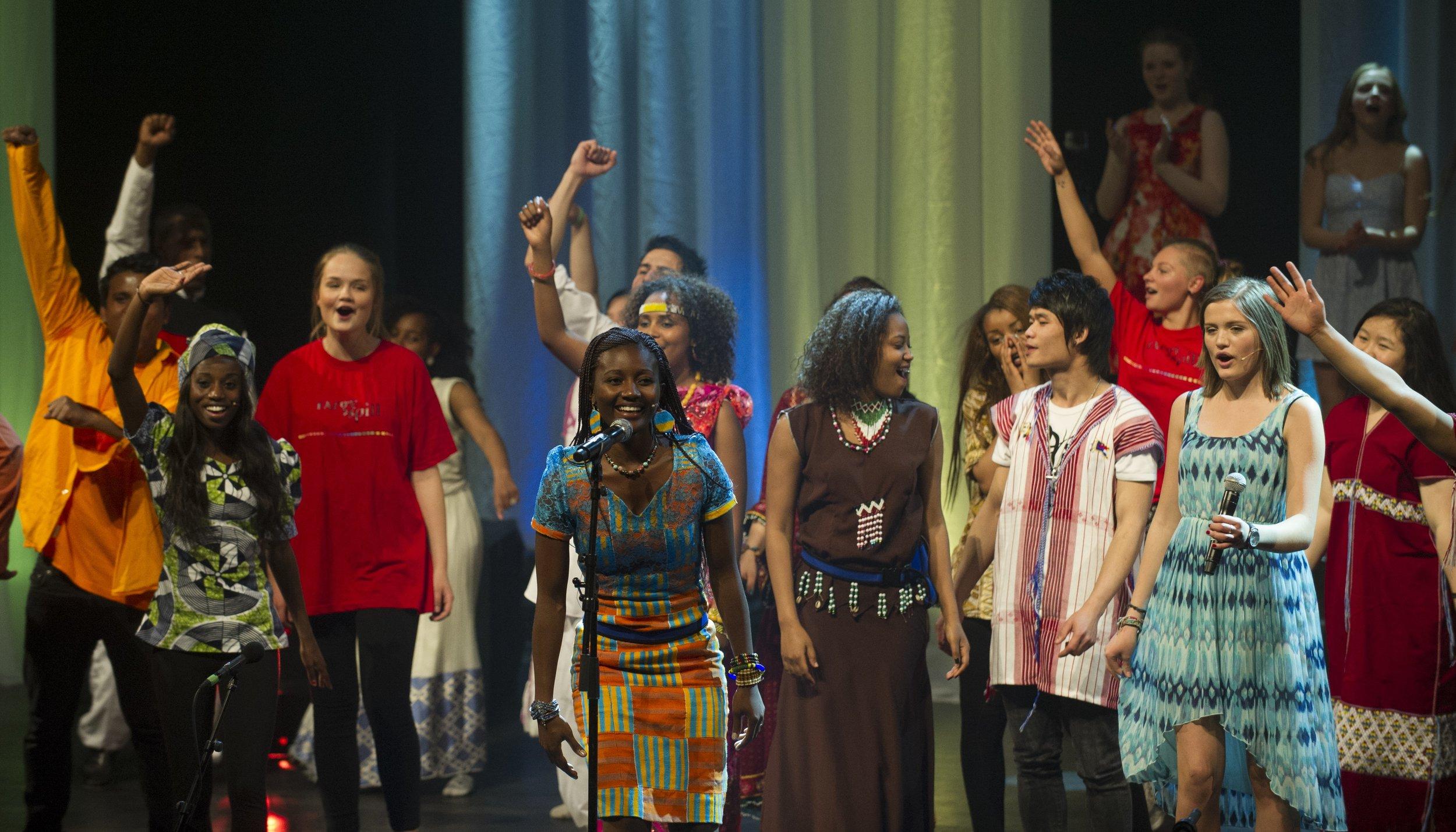 Irene Kinunda synger i en av forestillingene med Fargespill. Foto Thor Brødreskift.