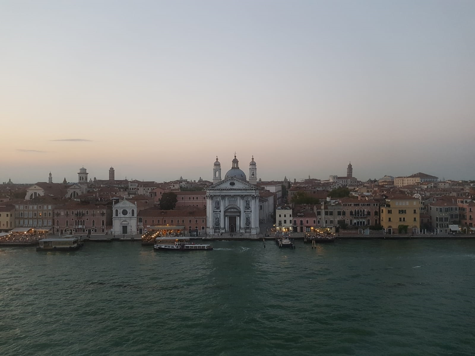 Venedig_Häuserzeile.jpg