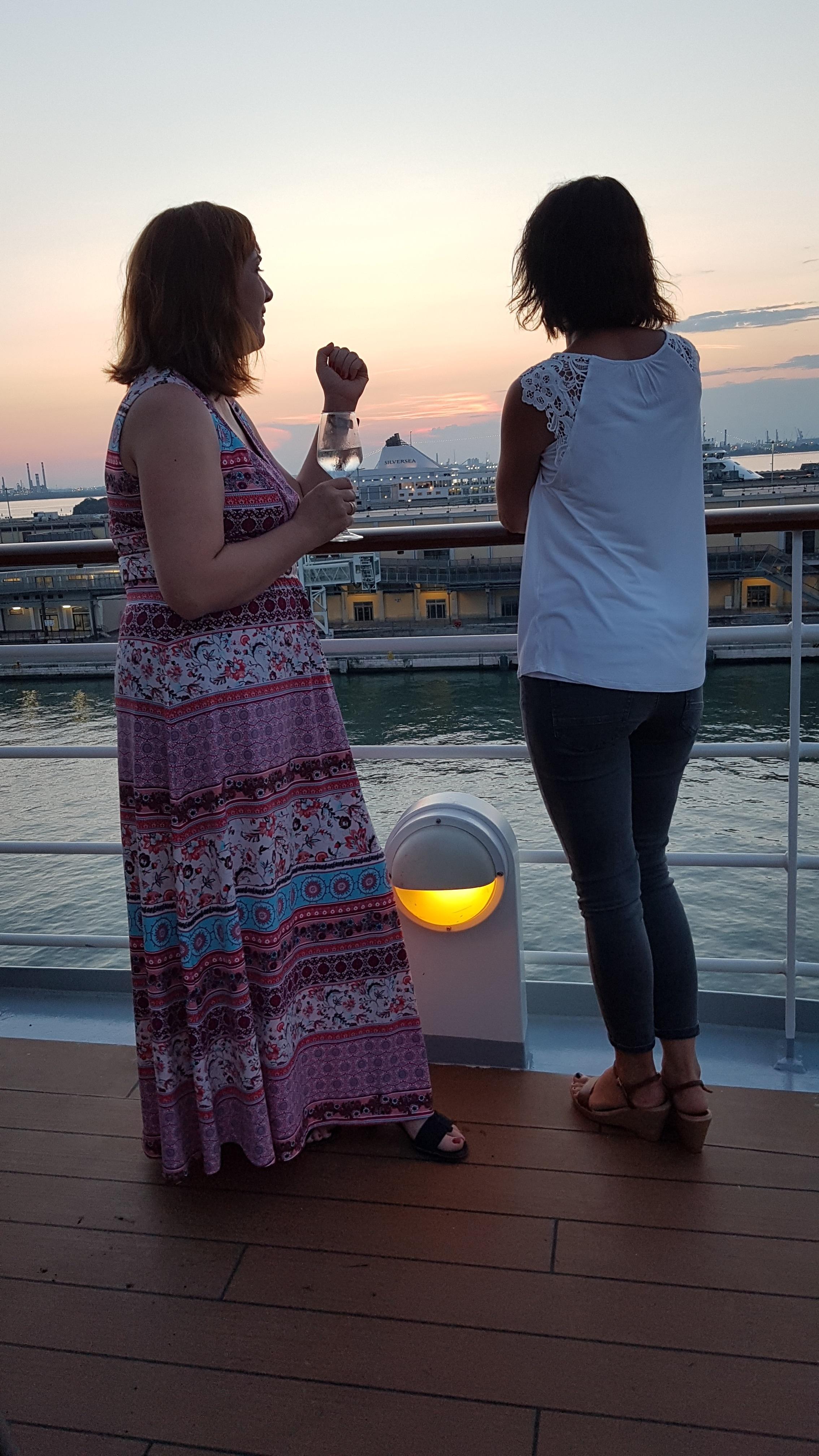 2Ladies_Reling_Venedig_Sonnenuntergang_Hochformat.jpg