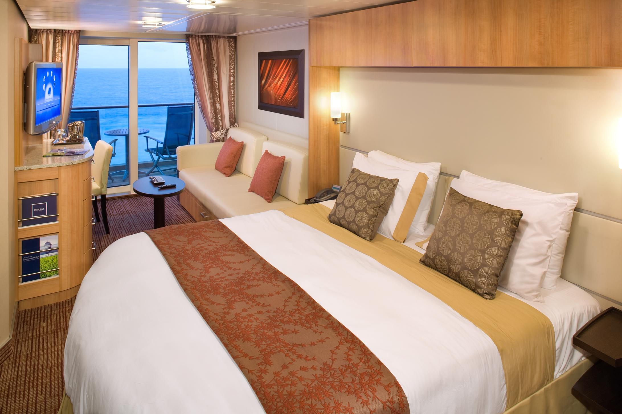 BALKONKABINE DU/WC   Großzügig gestaltete Räume, drinnen sowie draußen, machen deine Kabine zu deinem privaten Heiligtum. Entspanne dich in einem geräumigen Wohnzimmer und genieße die vielen Annehmlichkeiten, die zu einer einzigartigen Erfahrung des modernen Luxus beiträgt.  Kabine 18m2 & Balkon 5m2  Alle Kabinen mit Balkon an Bord von Celebrity Cruises beinhalten die folgenden erstklassigen Annehmlichkeiten:    - Privater Balkon  - 24 Stunden Zimmerservice  - Minibar  - Personalisierter Service  - Personalisierte Hygieneprodukte  - Privater Safe  - Zimmerservice zwei Mal am Tag  - Celebrity eXhale™ Bettwäsche  - Interaktiver Samsung Fernseher mit Flachbildschirm