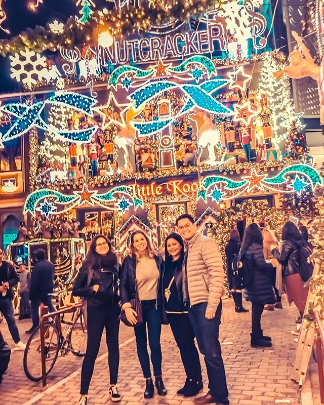 Come to Athens and get ready for some Christmas vibes! . . . . . . #walkingtour #travel #photooftheday #travelinspiration #people #christmas #christmasdecor #tour #travelinspiration #photography #athens #athensbynight #light #vibes #newfriends #traveling #bestoftheday