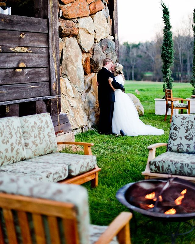 How cozy is this wedding set up. . .  #boglefarms #boglefarmsweddings #southernweddings #weddingdetails #tbt #georgiaweddings #georgiaweddingvenues #farmwedding #weddingvenue